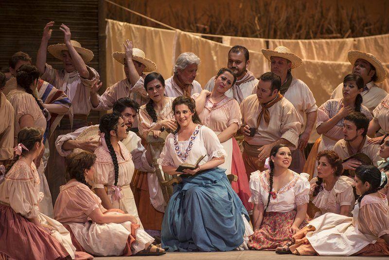 Pamela Flores en su debut como «Adina», en la ópera «El elixir de amor», Noviembre de 2013.
